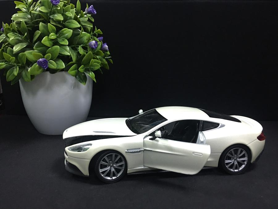 SP005001 [WELLY] Aston Martin VANQUISH 124 [White]
